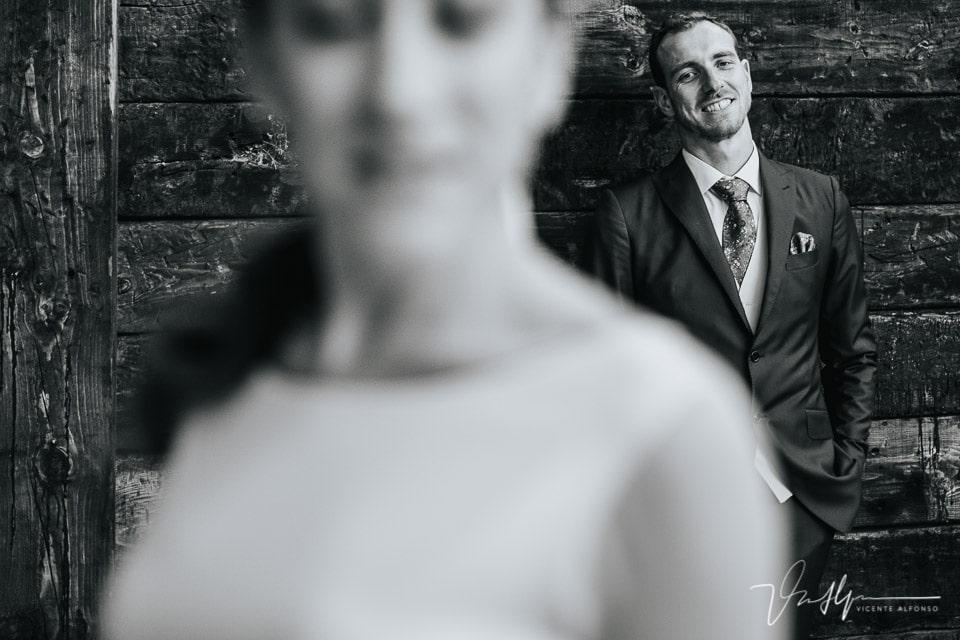 Novio en blanco y negro riendo