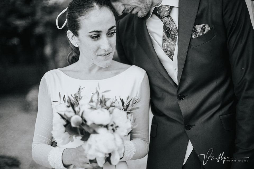 Novio apoyándose sobre la novia de manera cariñosa