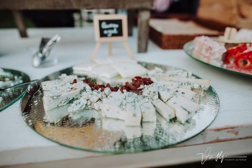 Bandeja de quesos italianos en el cóctel del ruta imperial gastro eventos