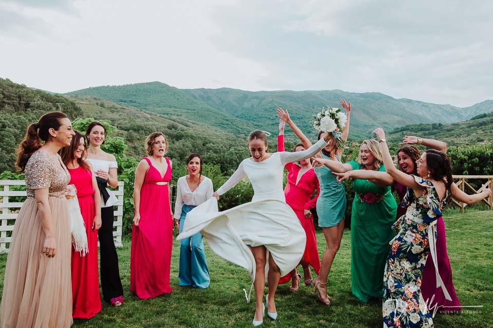 Novia bailando en la foto de boda con sus mejores amigas