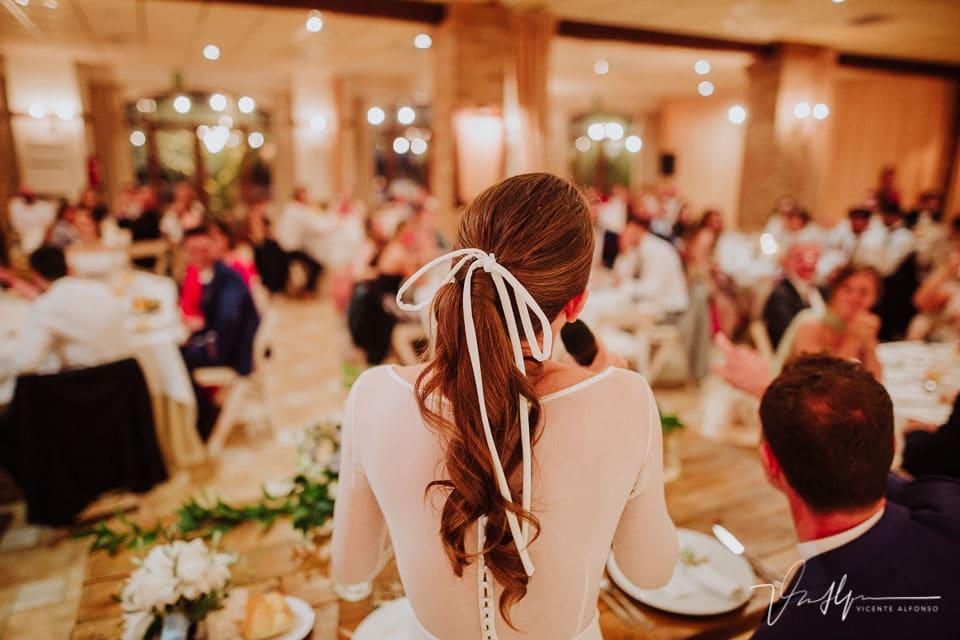 detalle de espalda de la novia en el banquete