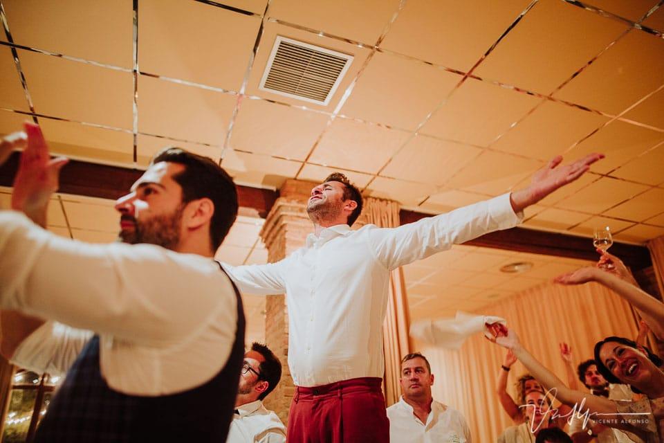 Amigos de la boda italianos bailando