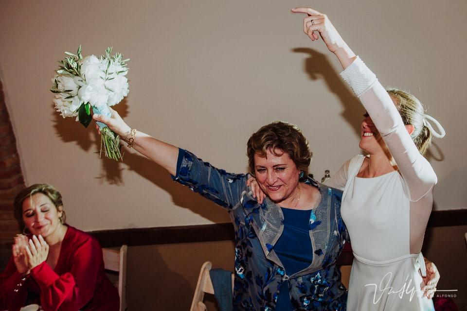 Madre de la novia recibiendo el ramo