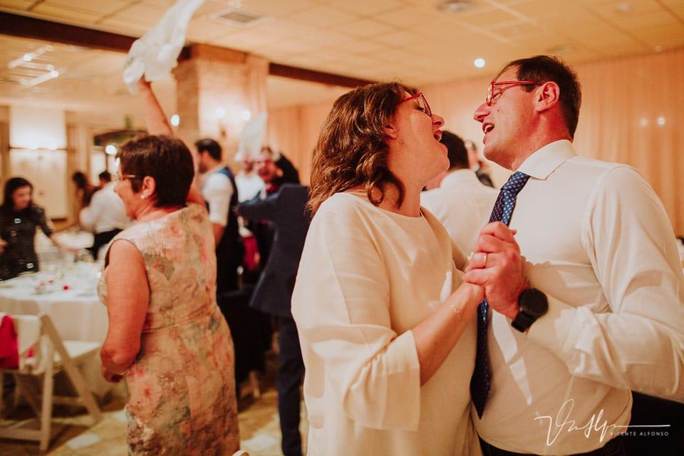 Familiares italianos bailando en el banquete de boda