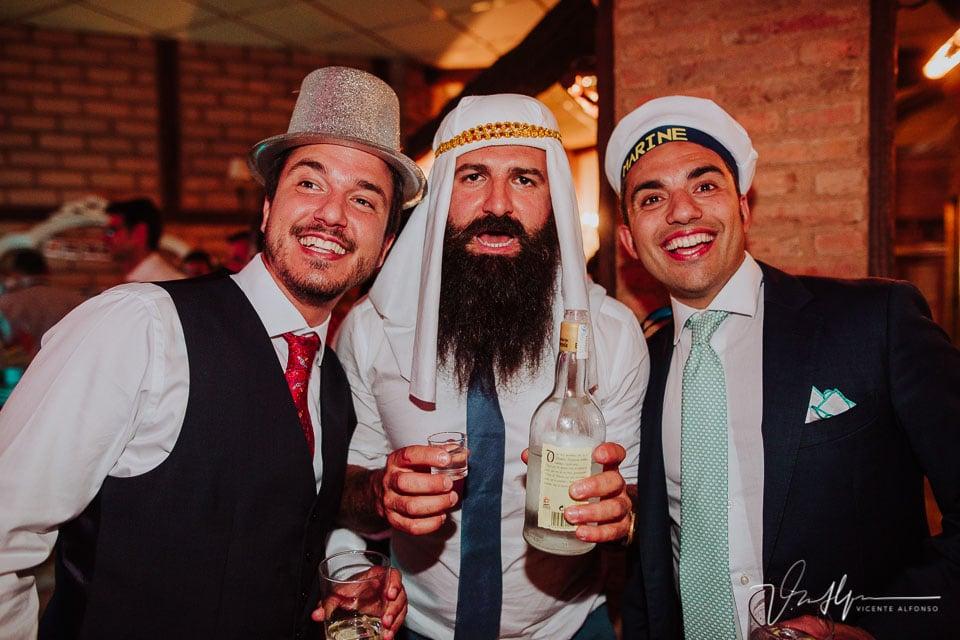 Amigos italianos del novio disfrazados