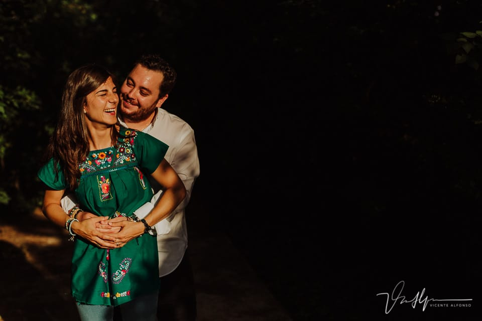 Una pareja abrazándose en el parque del Capricho en Madrid