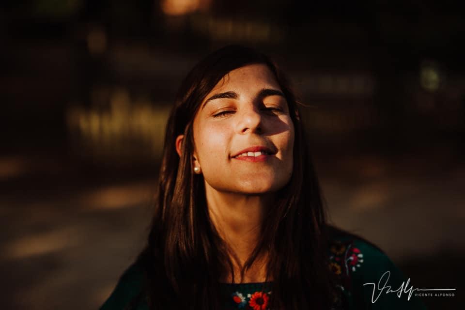 Retrato contrastado de una mujer
