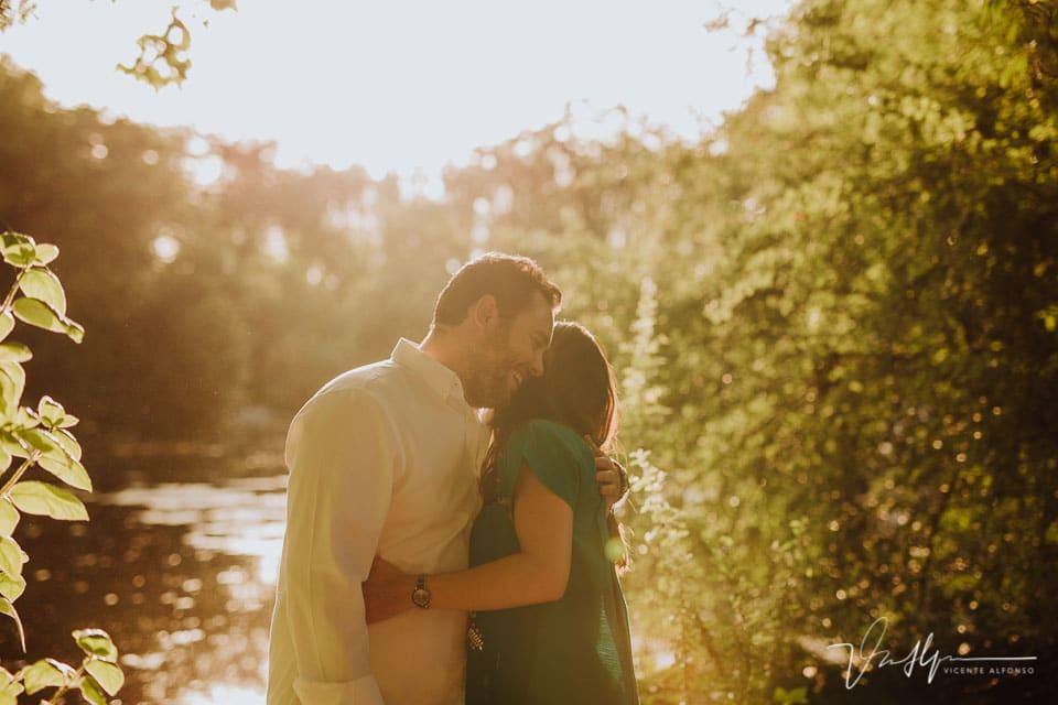 Abrazo de una pareja junto al estanque en el parque del Capricho