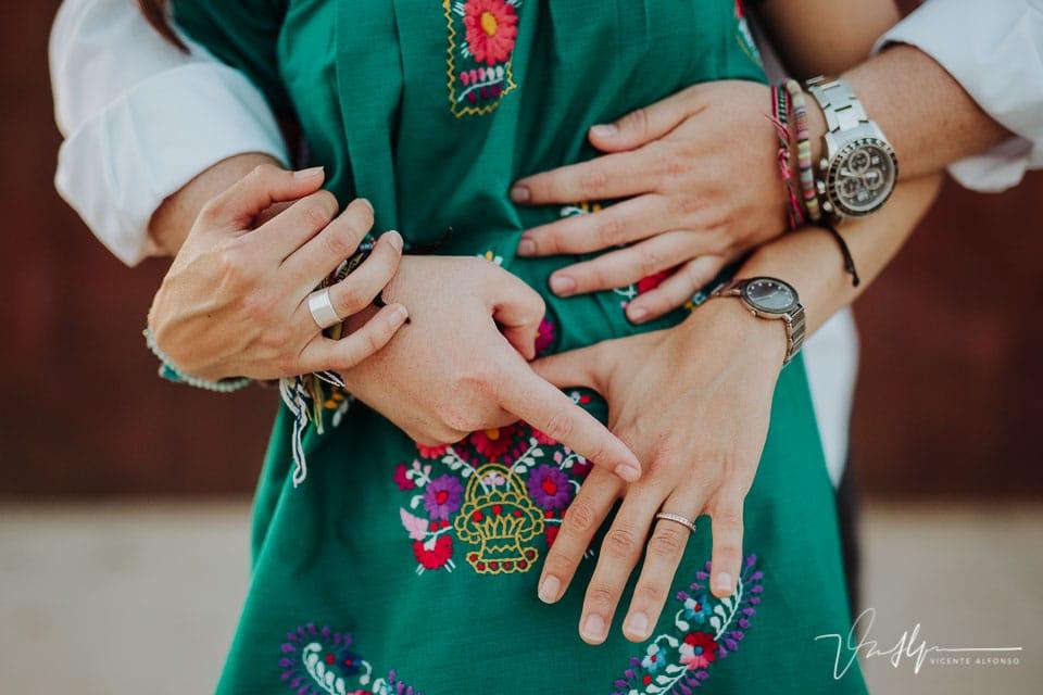 Manos de una pareja señalando el anillo de pedida