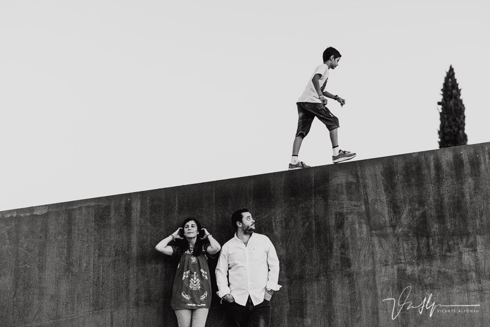Niño caminando sobre una pareja en la escultura del parque del Oeste en Madrid