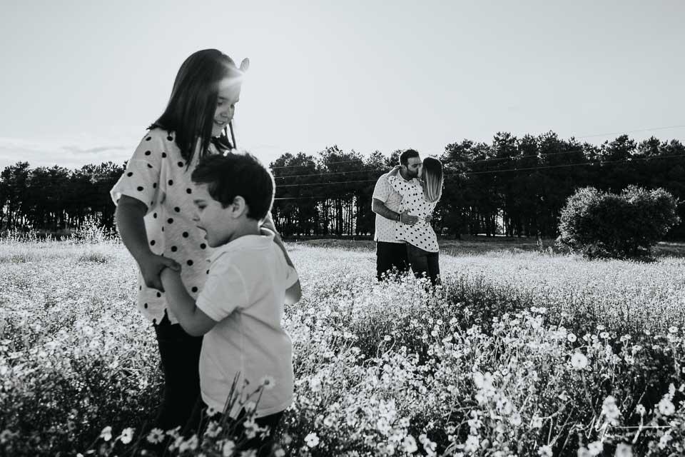 Padres besándose e hijos mirando