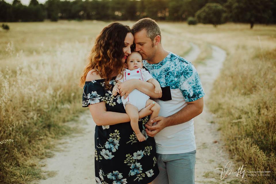 Padres unidos junto a su bebé de pocos meses