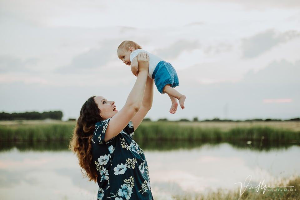 Madre levantando a su hijo por los aires