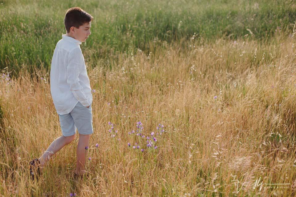 niño andando por el campo