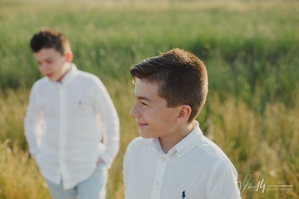 niño sonriendo en el campo