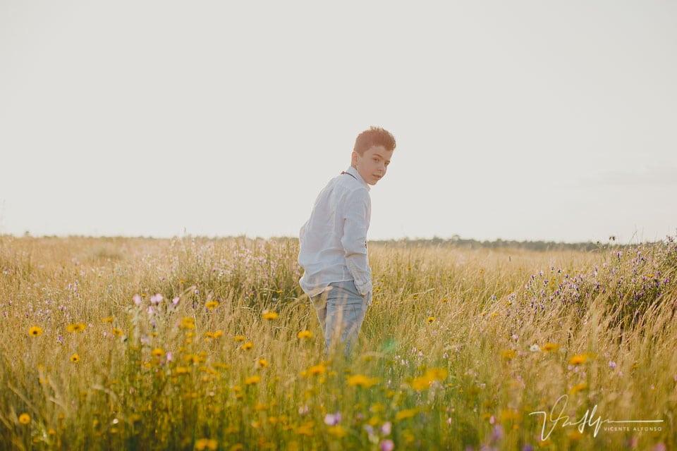 mirada atrás de niño de comunión en el campo