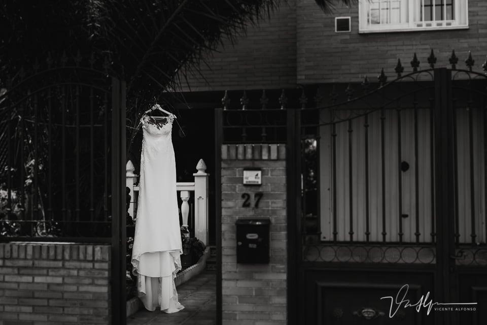 Vestido de la novia colgado en un patio