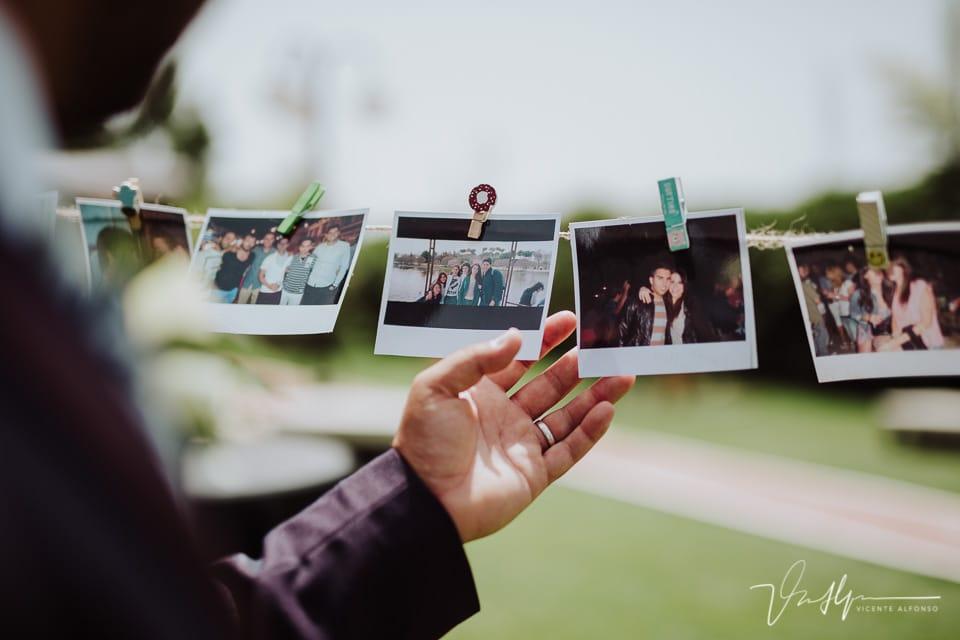 Detalle de las fotos de regalo y mano del novio