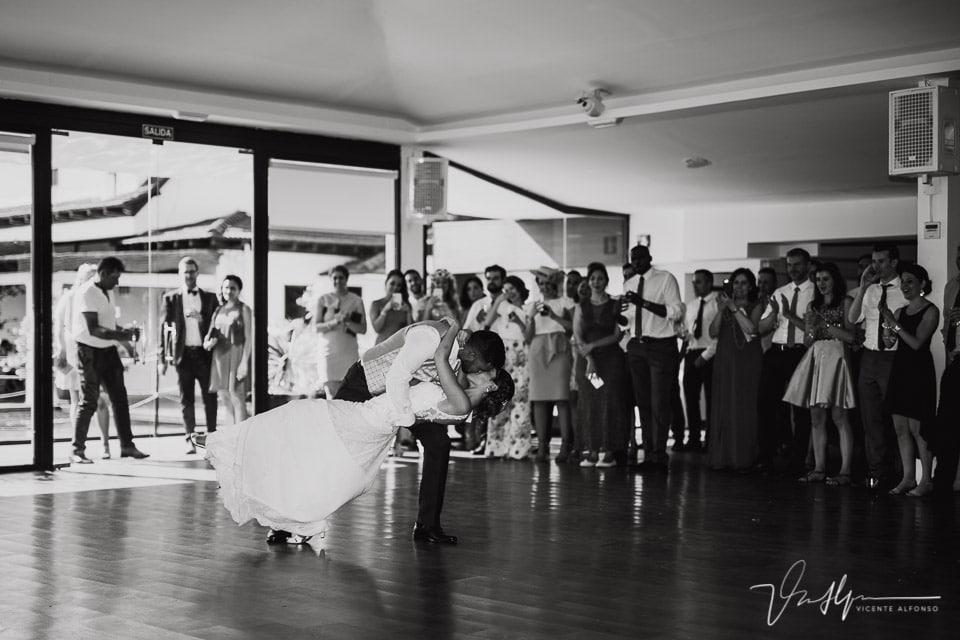 Novios realizando el baile de bodas en Madrid con beso final