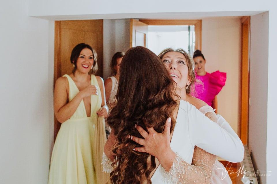 Abrazo muy emotivo entre la novia y la madre