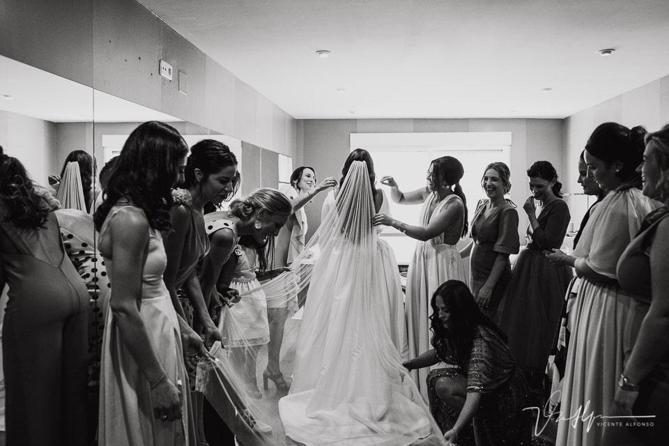 Amigas de la novia ajustando el velo como las Meninas de Velázquez
