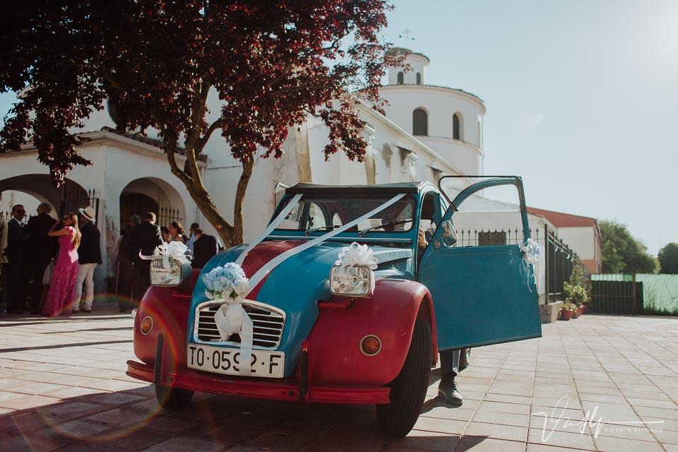 Un 2CV aparcado en la iglesia para recoger a los novios