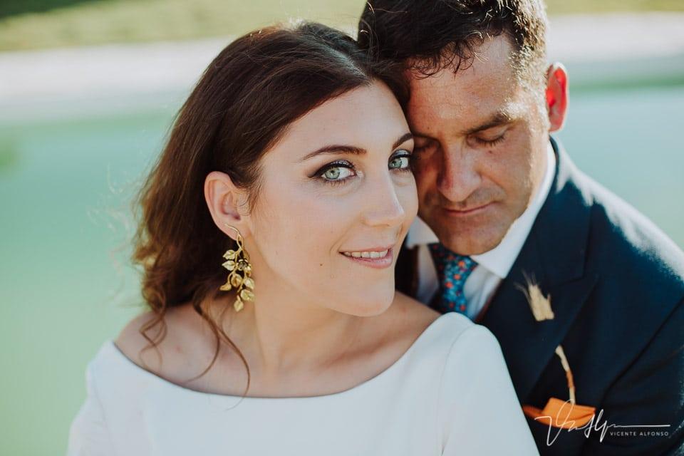 Detalle de primer plano de la novia con ojos azules y pendientes M de Paulet