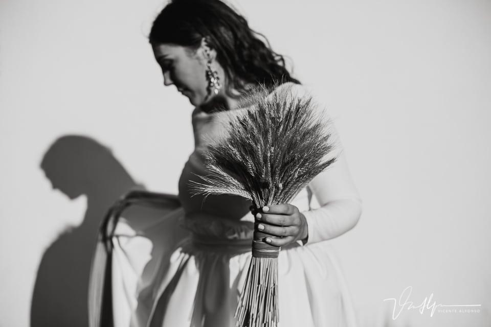 Novia colocándose el velo en el reportaje de boda