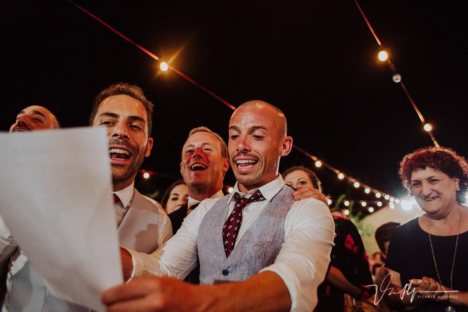 Amigos festejando la boda con una canción