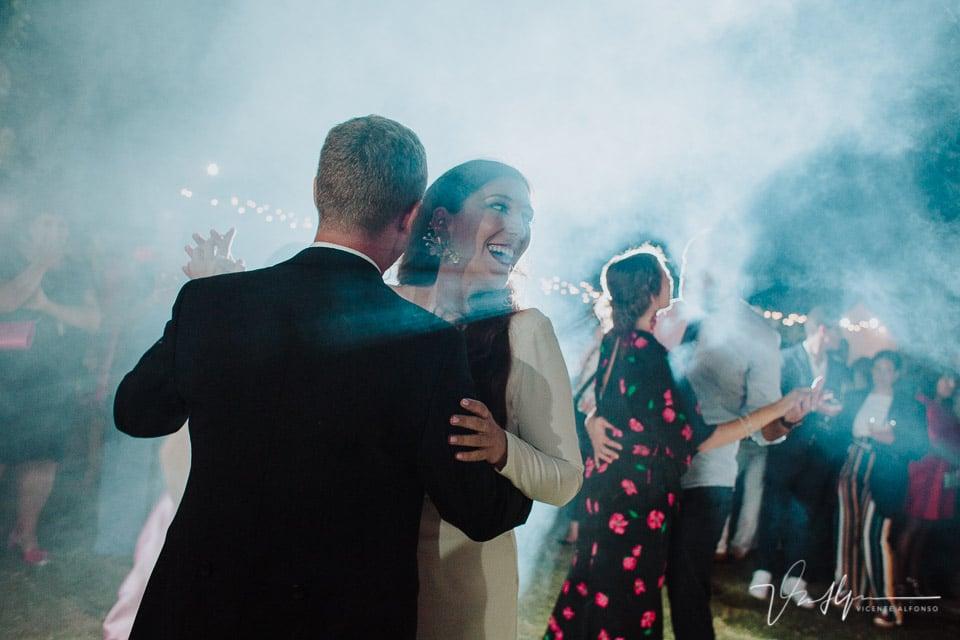 Momento de fiesta en la boda en la barra libre