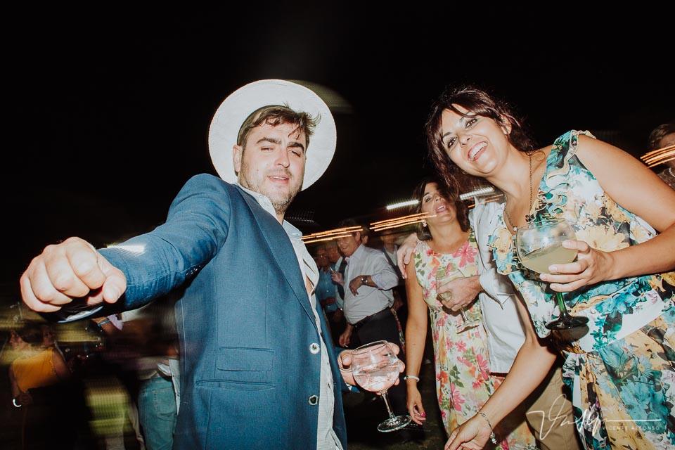 Momento de fiesta en la boda en la barra libre 2