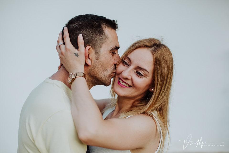 Chico besando en el moflete a una chica