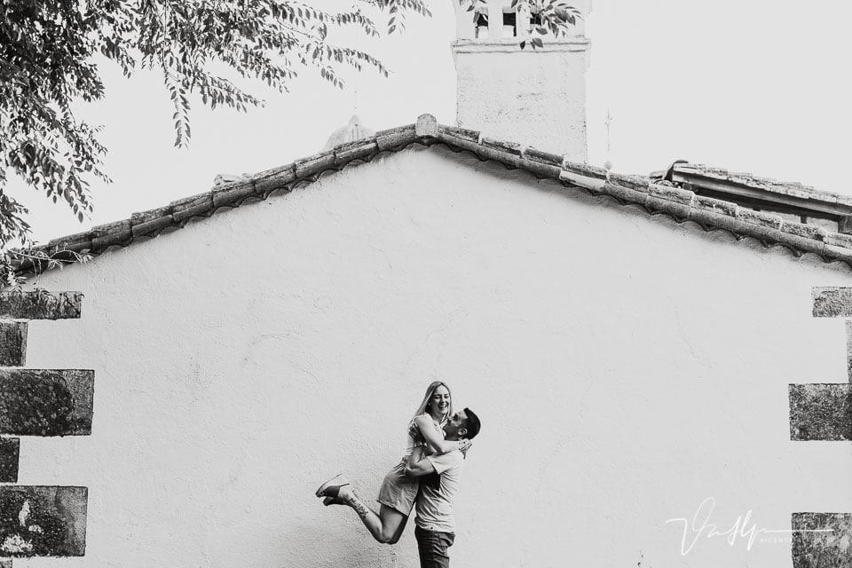 Pareja divirtiéndose junto a la iglesia de Chilla en Candeleda