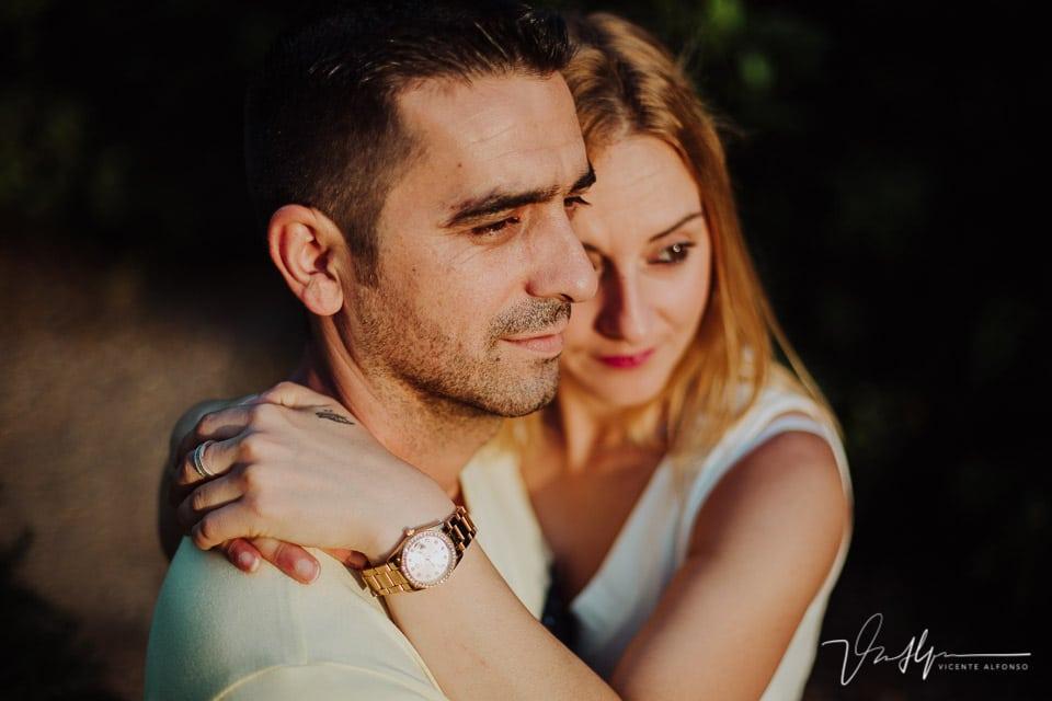 Retrato muy cerrado de pareja abrazándose 01