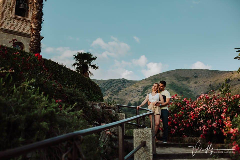 Pareja abrazada en la Preboda en Chilla, en el reportaje de fotos en Candeleda