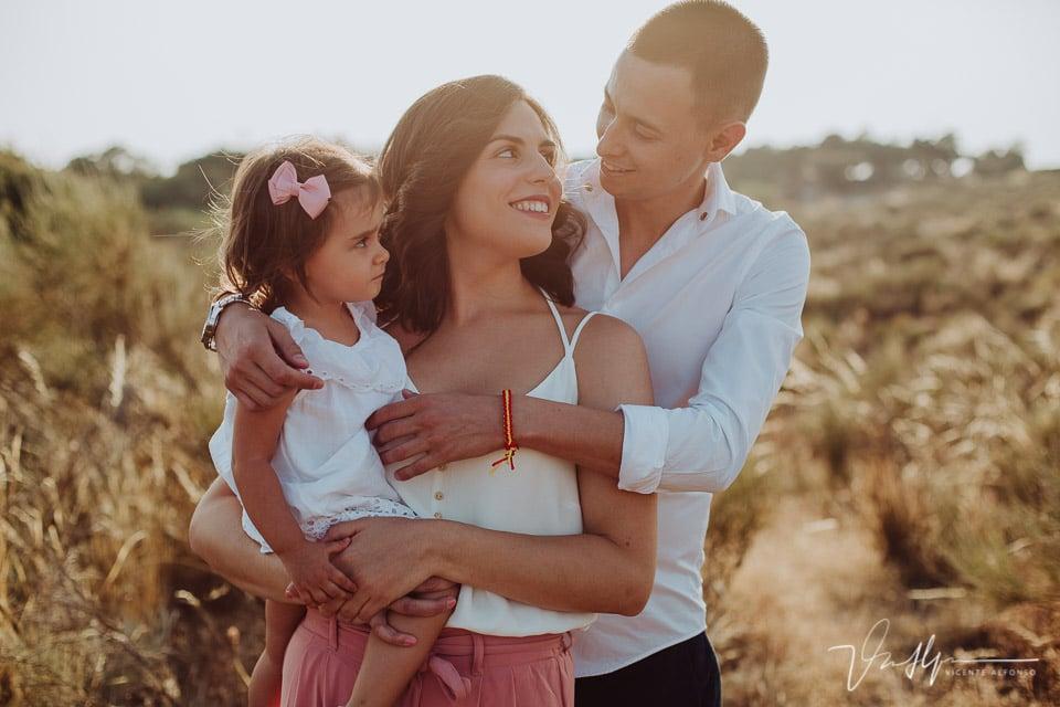 Familia abrazándose en el campo