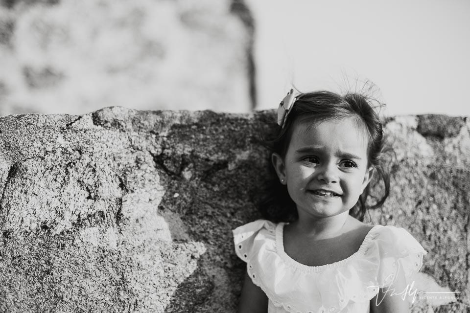 retrato en blanco y negro de una niña de 3 años