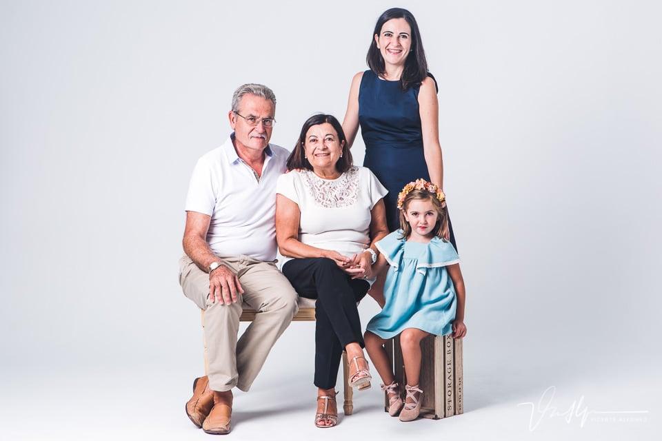 Reportaje familiar con abuelos, madre e hija en estudio en Navalmoral