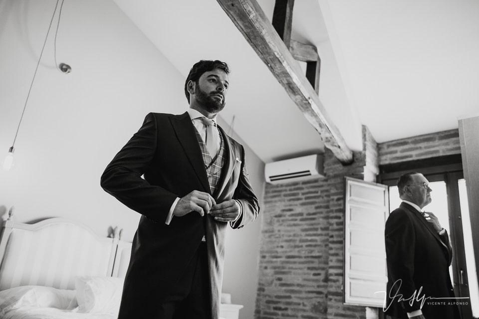 Padrino y novio colocándose la chaqueta