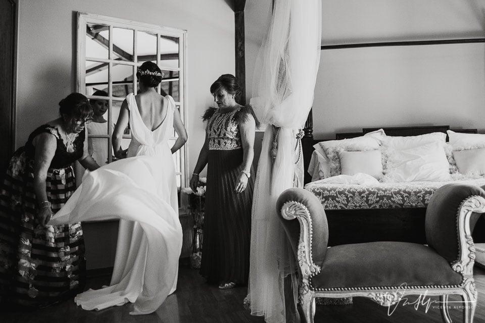 Colocando la cola del vestido de novia