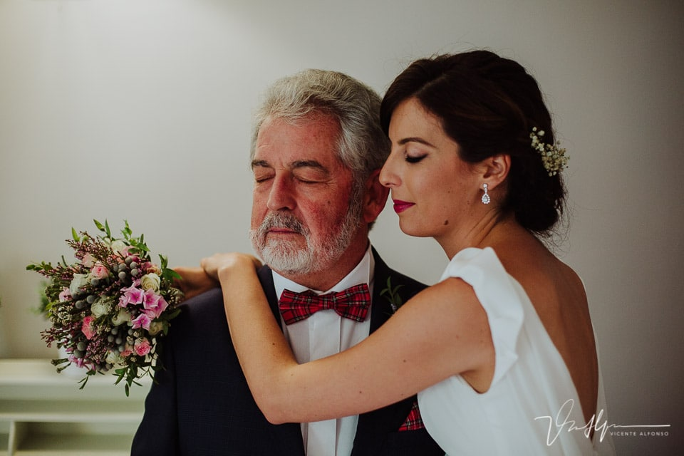 Novia abrazando a su padre