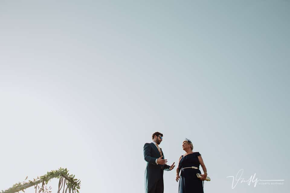 Novio con la madrina esperando a la novia en Jarandilla de la Vera