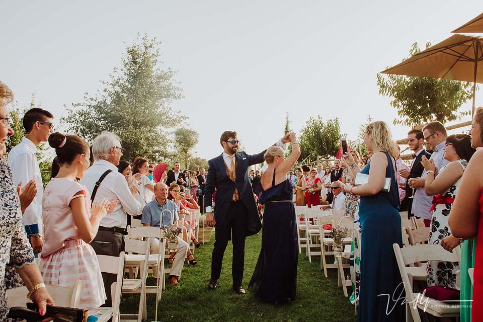 Novio entrando bailando con la madrina en la ceremonia civil
