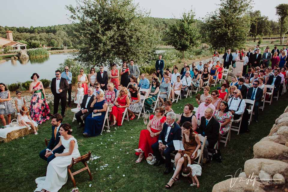 Detalle invitados en la boda en la quinta de la cerca