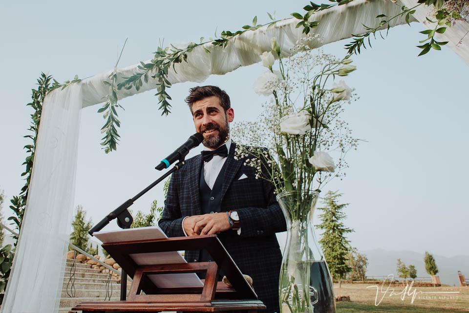 El cuñado realizando la ceremonia en Jarandilla