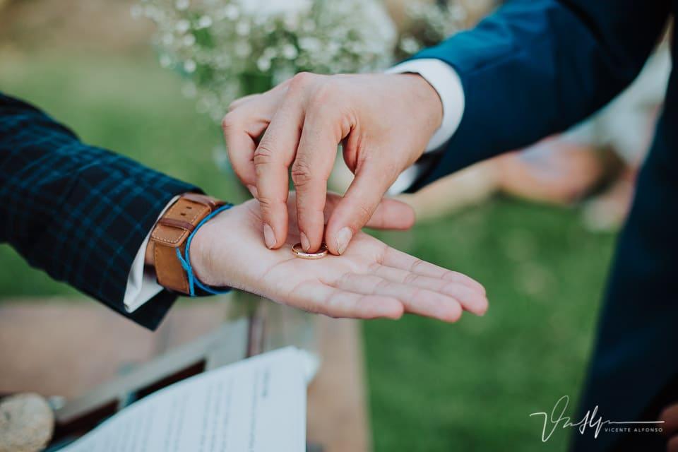 Detalle de la mano del novio con el anillo