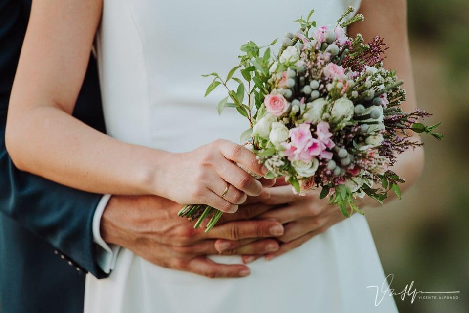 Detalle ramo de flores en el reportaje de boda en la quinta de la cerca