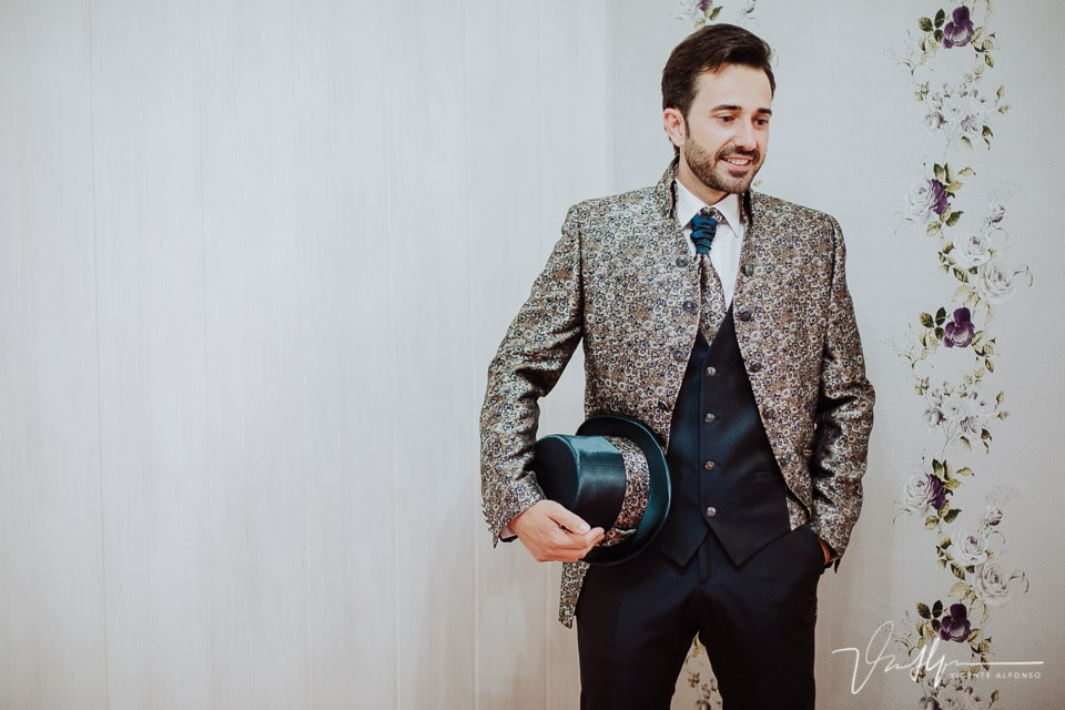Detalle del novio con chistera y un traje muy singular
