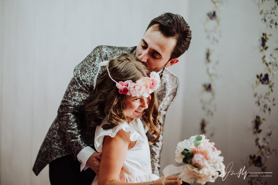 Novio besando a su hermanita