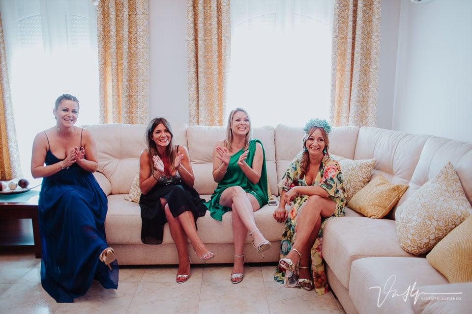 Amigas de la novia aplaudiendo su llegada